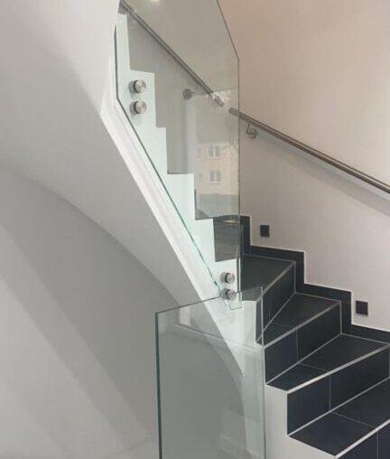 Treppengeländer aus Glas mit Punkhaltern