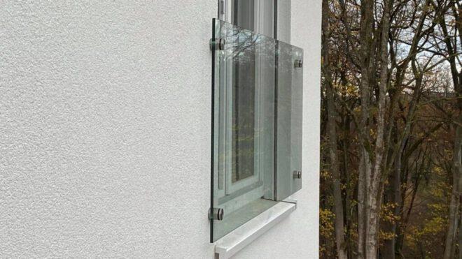 Fensterbrüstüng aus Glas mit Punkthaltern in Remscheid