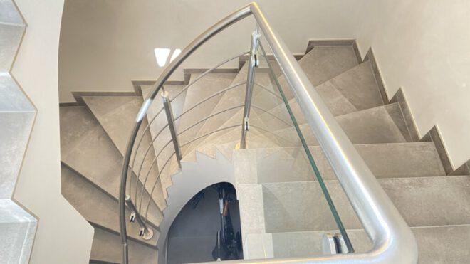 Treppengeländer mit Glas- und Stabfüllung