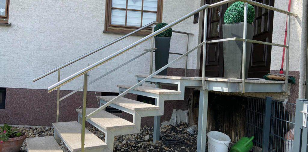 Feuerverzinkte Zweiholmtreppe mit Granitstufen bei Sebastian Jäger Dachdeckermeister
